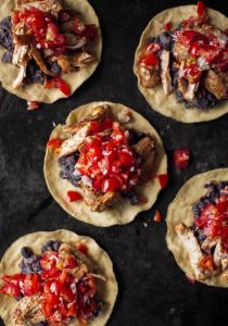 tostadas-au-poulet-ecrase-de-haricots-salsa-medium